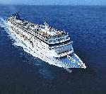 TUI Kreuzfahrtgäste spielen Golf mitten auf dem Mittelmeer