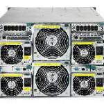 Techniker installiert kombiniertes Bladeserver-Storagesystem kostenlos