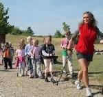 Mit zwei Stöcken die Natur entdecken: Kostenloses Nordic Walking für Kinder an der ostsee*laufküste