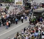 16 Pferde ziehen Dampflok durch die Innenstadt – 45.000 Zuschauer bei historischem Festumzug