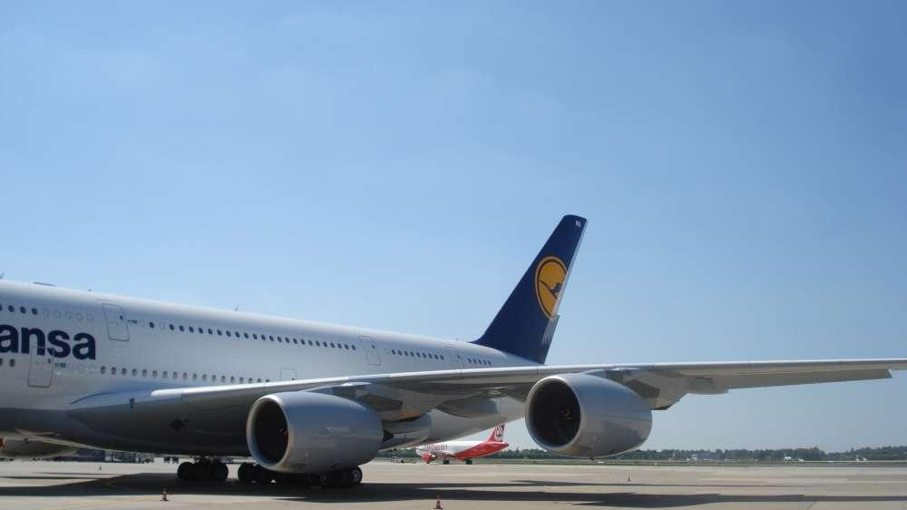 Lufthansa Linientraining mit A380: Riesenairbus begeistert die Berliner am Flughafen Tegel