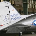 """Verletzte bei Notlandung einer historischen DC 3 – Passagiere im """"Rosinenbomber"""" nur leicht verletzt."""