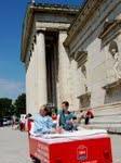 Fröhliche Sommerkampagne mit Überraschungseffekt: ibis Hotels schicken fahrendes Bett durch München, Köln, Berlin und Hamburg
