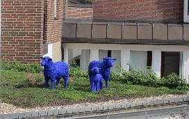 Blaue Schafe auf dem Hoteldach