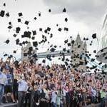 Londons Studenten brechen den Weltrekord im Doktorhut-Werfen