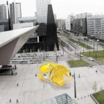 """Küssende Erde"": Neue Skulptur am Rotterdamer Bahnhof"