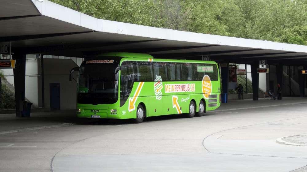 Reisendensicherheit: Zug schlägt Pkw und Bus