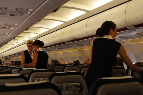 Airbus A 320: Komy entwirft neuen Spiegel für Gepäckablagefächer in Flugzeugen