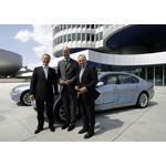 Erste serienmäßige Wasserstoff-Limousinen für Staatsminister Schnappauf und Huber