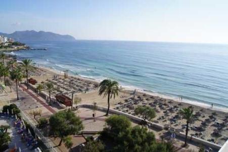 Blick von der Dachterrasse des Alltours-Hotel Allsun Amarac in Cala Millor, Mallorca, Spanien