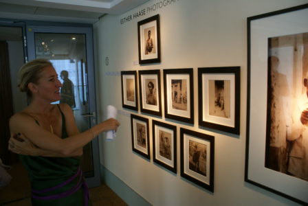 """Düsseldorf, Intercontinental Hotel - Esther Haase Fotoausstellung """"Vertical Gallery"""" (08696) Foto: ©Carstino Delmonte (2009)"""