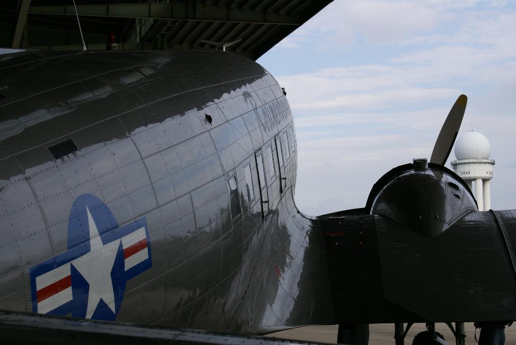 Rosinenbomber - DC 3 in Berlin Tempelhof