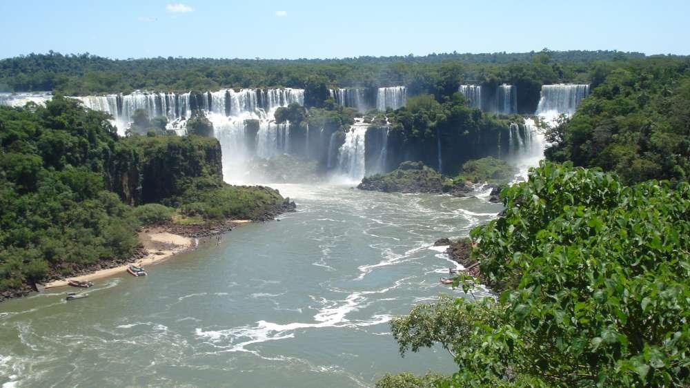 Schützt den Regenwald: Brasiliens Hitgiganten geben Charity-Konzert für Rüdiger Nehbergs Amazonas-Projekte