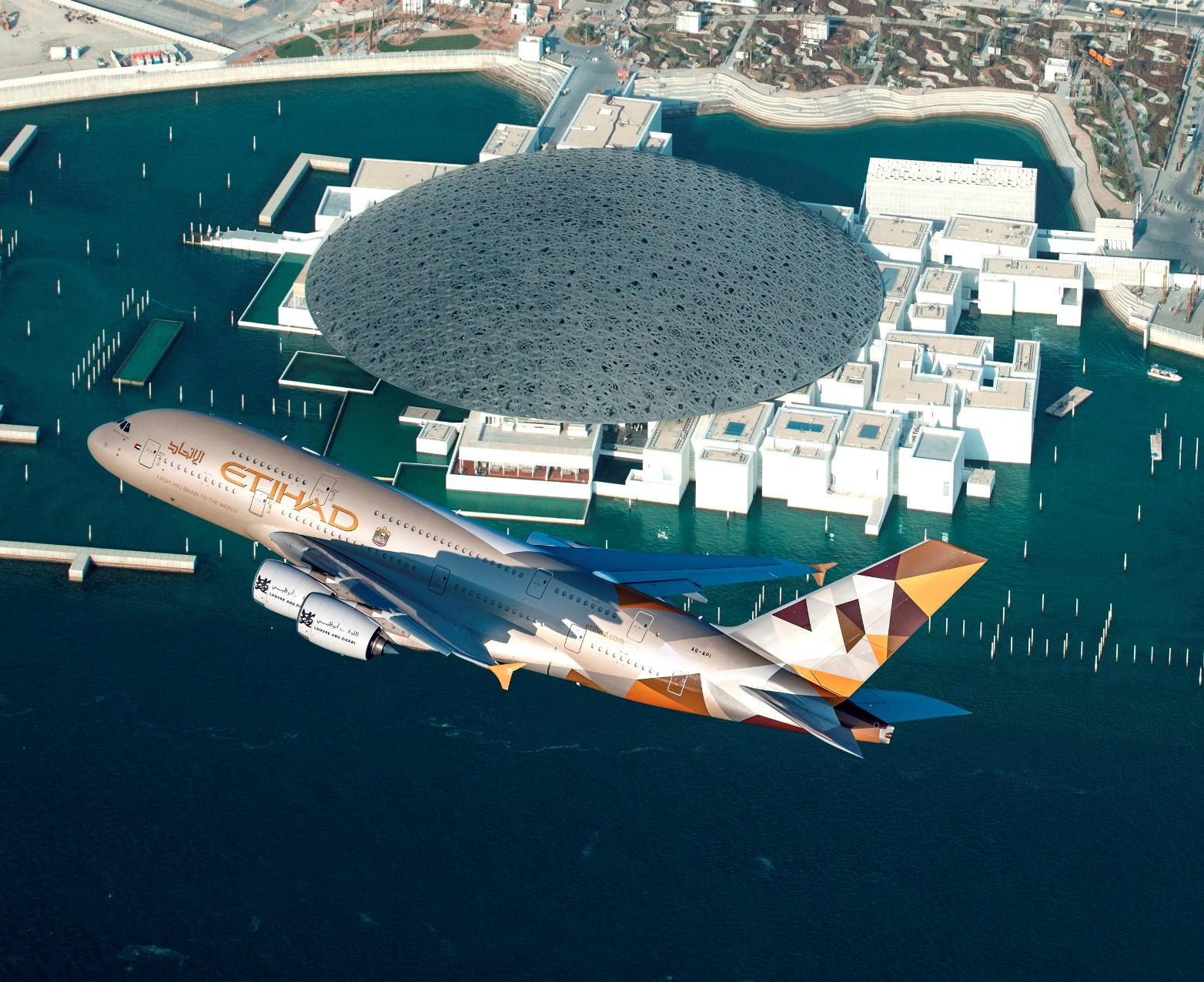 Flugkapriolen über dem neuen Louvre-Museum: A 380 im Tiefflug