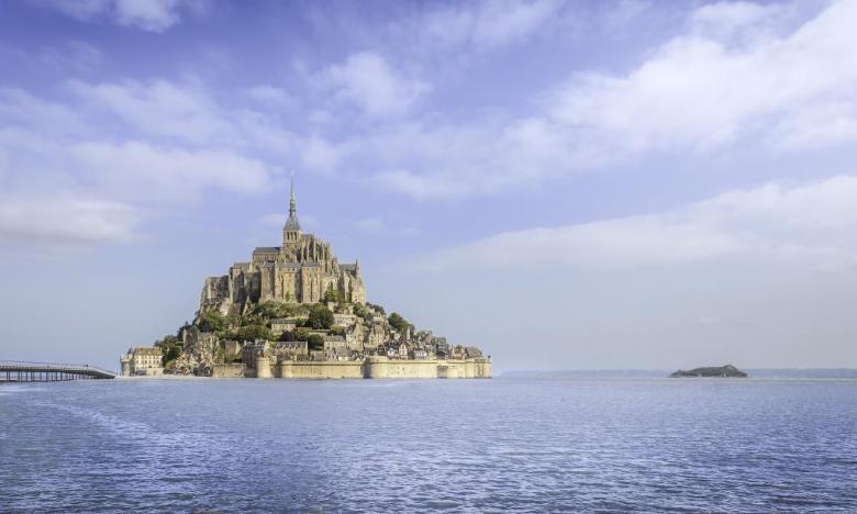 """Hohe Fluten am Mont Saint-Michel: Mittelalterliche """"Stadt der Bücher"""" mit den stärksten Gezeiten Europas"""