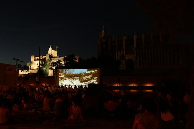 "Palma gratis: Freiluftkino unter der Kathedrale – ""Cinema a la fresca"""